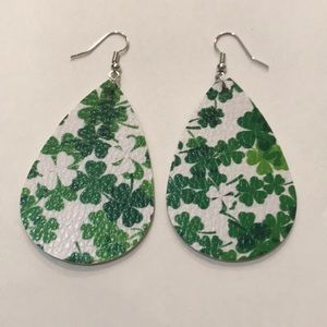 🆕 White/Green 4-Leaf Clover Faux Leather Earrings